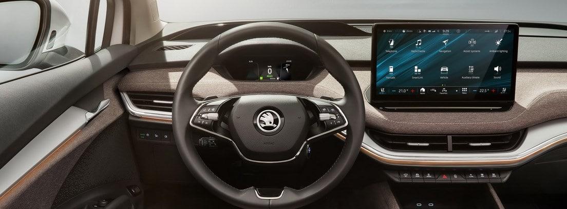 Volante y pantalla de info-entretenimiento del Skoda Enyaq iV vistos desde el asiento del conductor