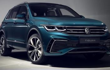 Nuevo Volkswagen Tiguan aparcado sobre fondo gris