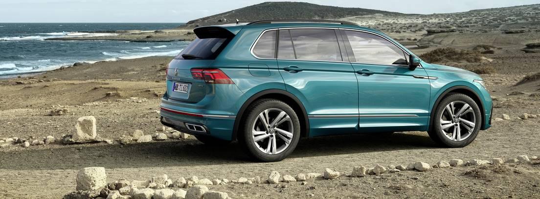 Nuevo Volkswagen Tiguan parado en un camino junto a una playa