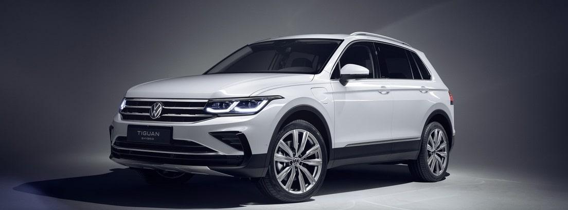 Nuevo Volkswagen Tiguan blanco aparcado sobre fondo gris