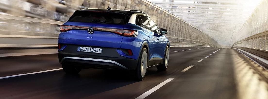 Vista trasera del nuevo Volkswagen ID.4 azul circulando por una carretera