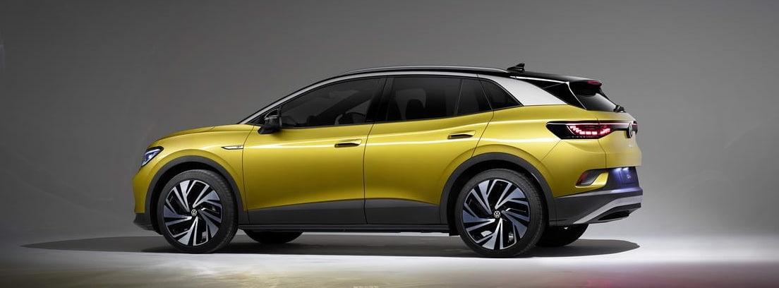 Vista lateral del nuevo Volkswagen ID.4 amarillo en una exposición