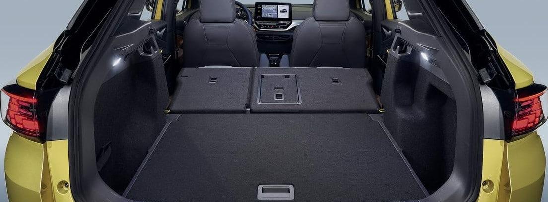 Maletero abierto del nuevo Volkswagen ID.4 con los asientos traseros abatidos