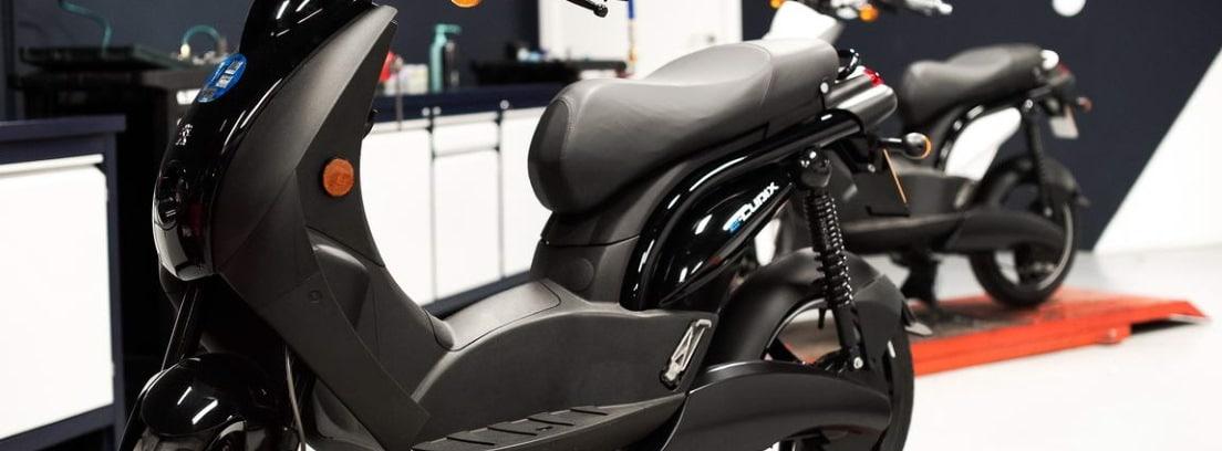 Dos motos Peugeot e-Ludix en un taller