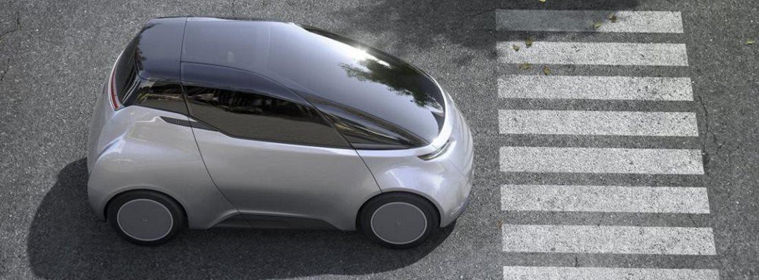 Vehículo eléctrico parado en un paso de peatones