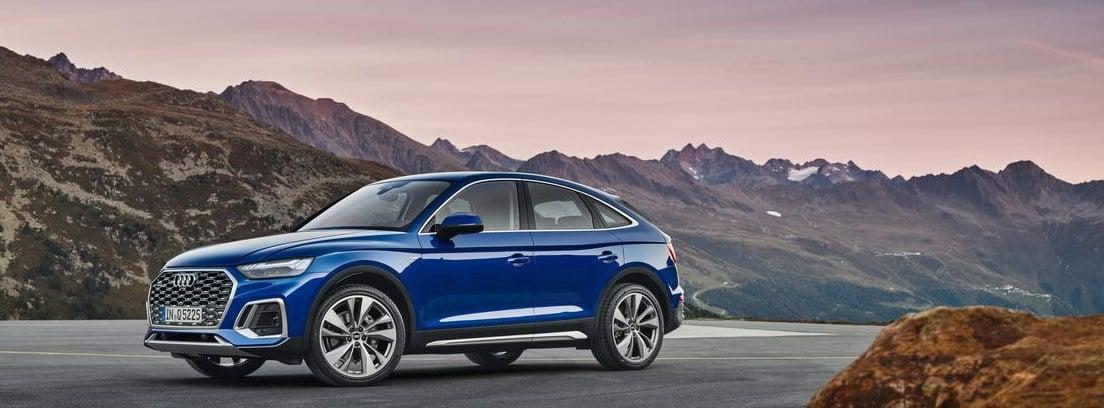 Nuevo Audi Q5 Sportback azul aparcado con montañas de fondo