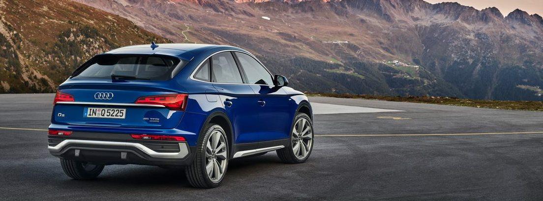 Vista trasera del nuevo Audi Q5 Sportback aparcado con montañas de fondo