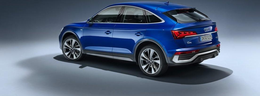 Vista lateral del nuevo Audi Q5 Sportback en una exposición