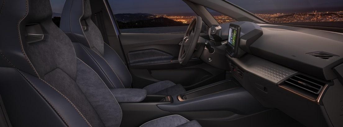 Vista detalle del habitáculo delantero del nuevo CUPRA el-Born desde la ventanilla del copiloto