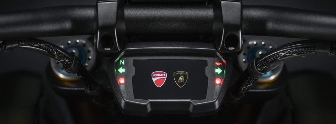 Vista detalle de la pantalla TFT de la nueva Ducati Diavel 1260 Lamborghini