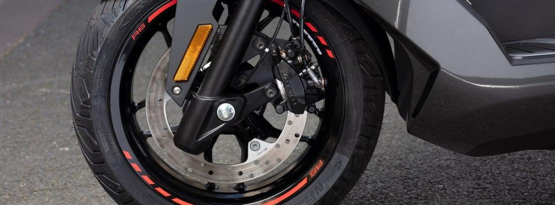 Detalle de la rueda delantera de la nueva Peugeot Pulsion 125 RS