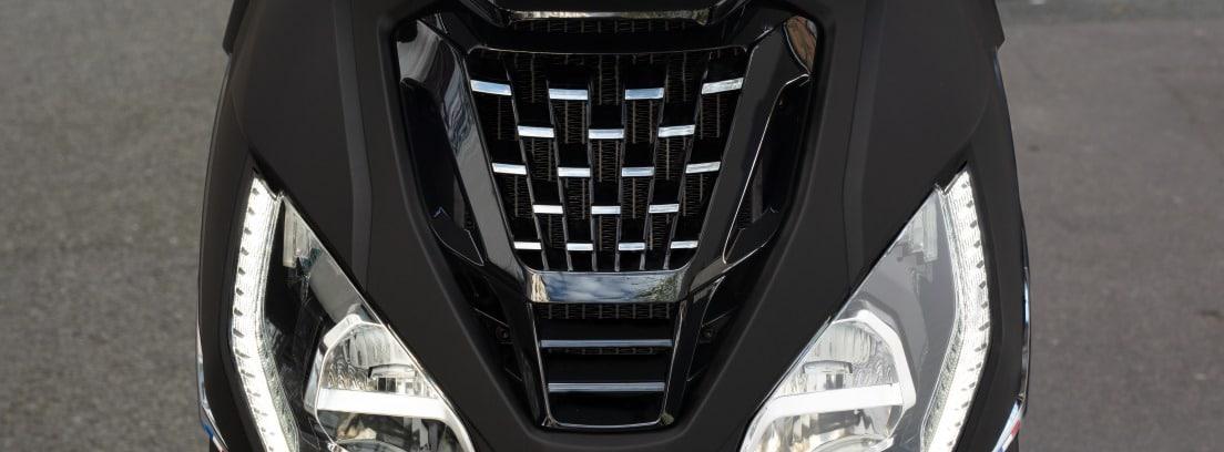 Detalle de los faros delanteros de la nueva Peugeot Pulsion 125 RS