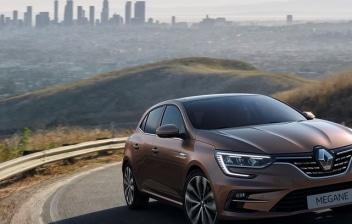Renault Megane 2020 circulando por carretera