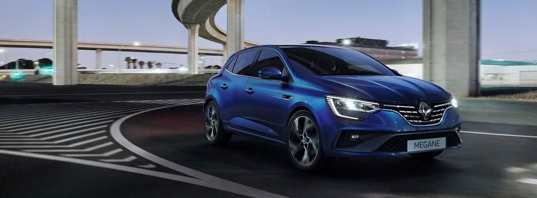 Renault Megane 2020 azul circulando bajo un puente
