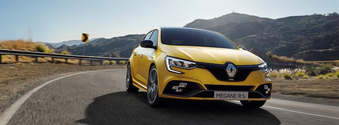 Renault Megane 2020 amarillo circulando en carretera