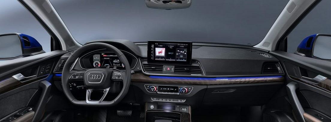 Vista detalle del volante, consola de info-entretenimiento y salpicadero del nuevo Audi Q5 Sportback