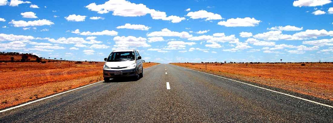Coche circulando por una carretera