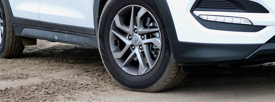 Vista parcial de las ruedas de un coche
