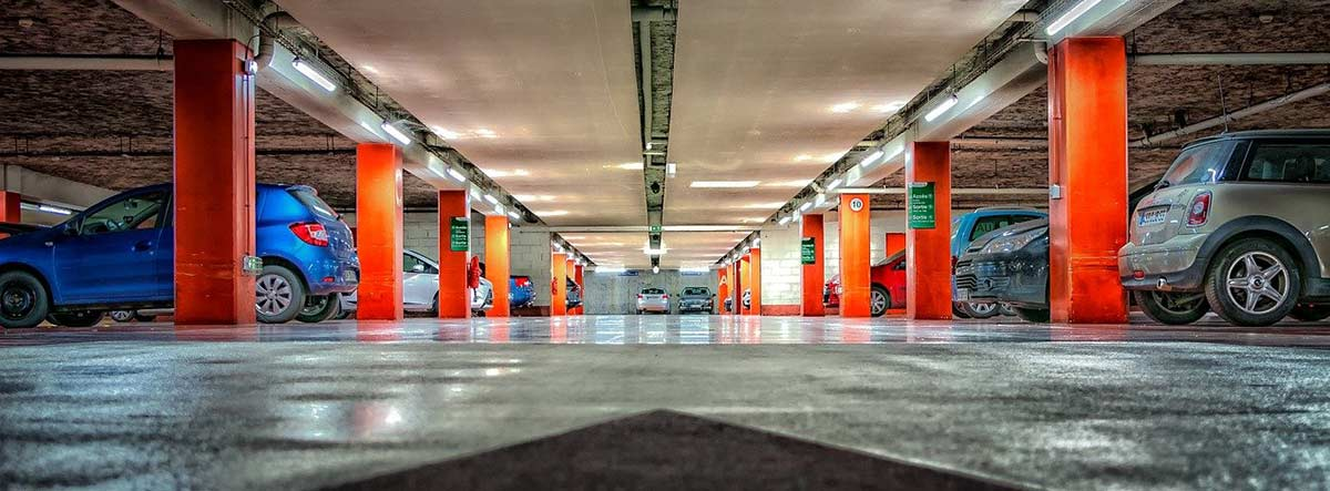 Varios coches aparcados en un parking