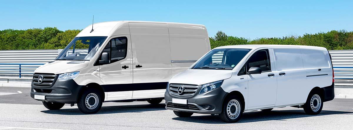 Dos furgonetas blancas de distinto tamaño aparcadas