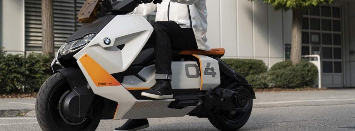 BMW Motorrad Definition CE 04 circulando por una ciudad