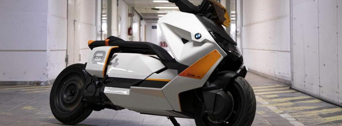 BMW Motorrad Definition CE 04 aparcada dentro de un edificio