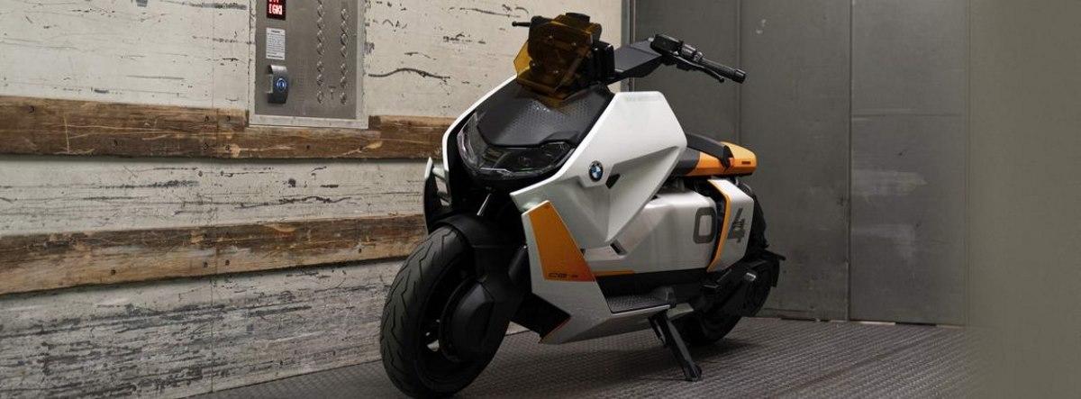 BMW Motorrad Definition CE 04 dentro de un montacargas