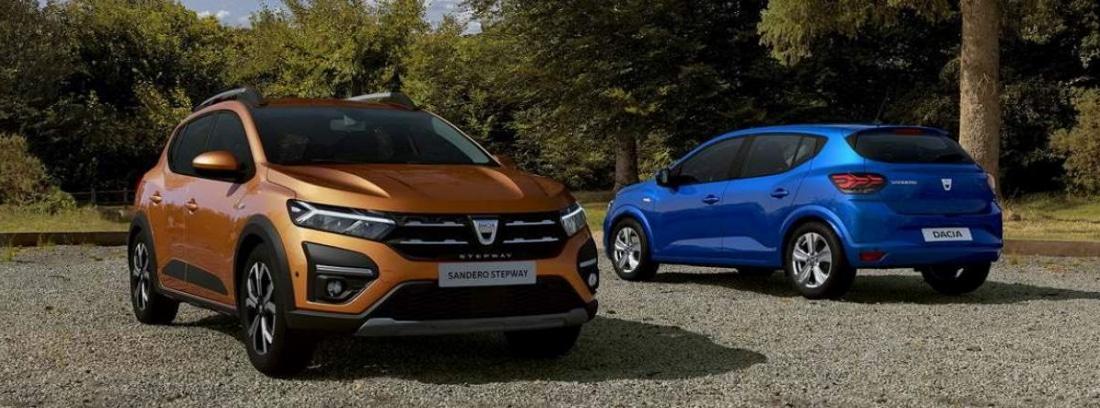 Dos coches Dacia Sandero 2021 aparcados sobre un suelo empedrado