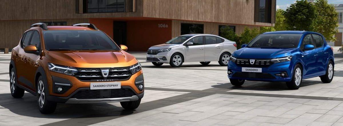 Tres coches Dacia Sandero 2021 parados sobre un suelo de baldosas de hormigón