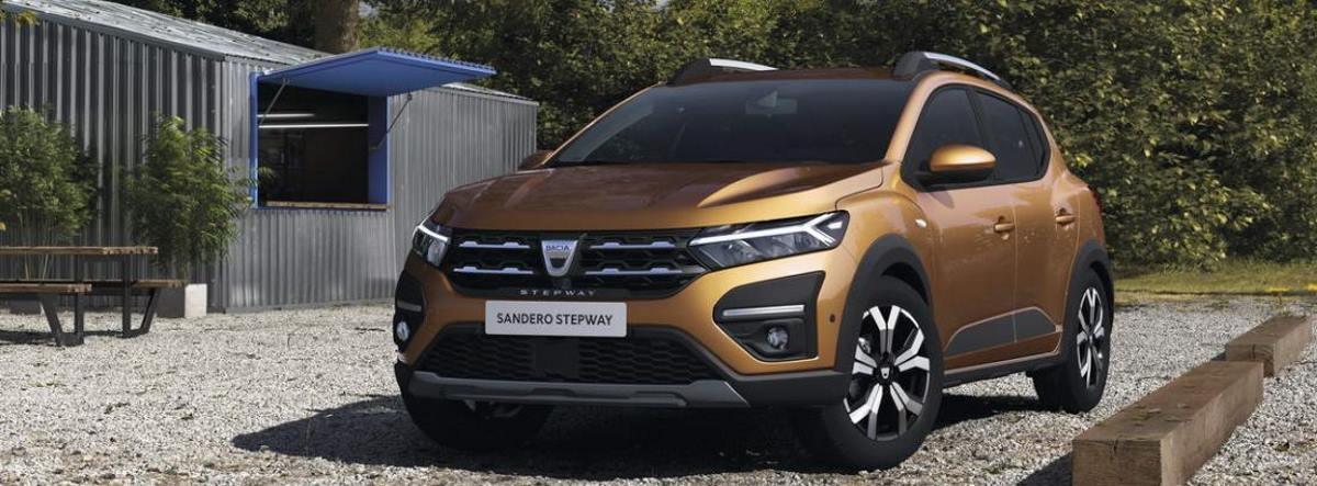 Dacia Sandero 2021 aparcados sobre un suelo empedrado