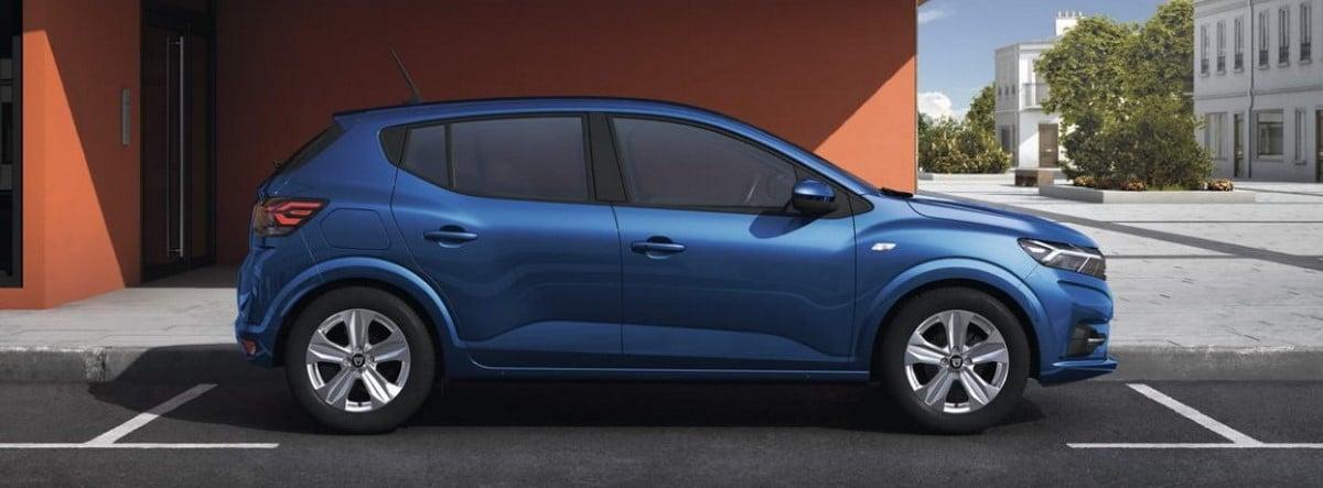 Ilustración gráfica de un Dacia Sandero 2021 azul aparcado en una ciudad