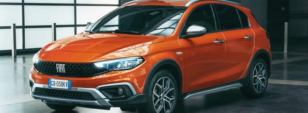 Fiat Tipo naranja en un concesionario
