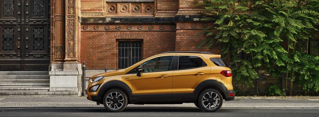 Nuevo Ford EcoSport Active 2021 aparcado frente a un edificio