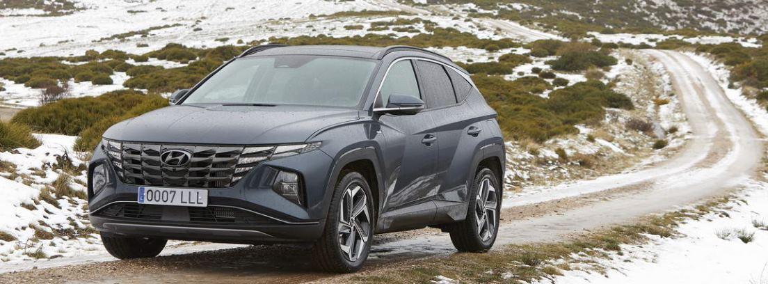Nuevo Hyundai Tucson 2021 circulando por un camino nevado