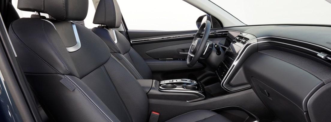 Vista del habitáculo delantero del nuevo Hyundai Tucson 2021 desde la puerta del copiloto