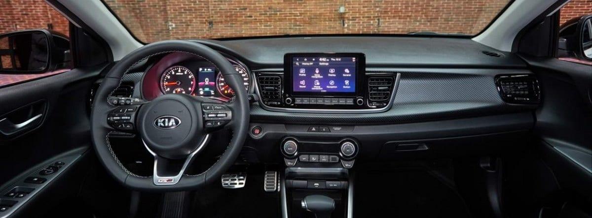 Vista del volante, consola y salpicadero del nuevo Kia Rio