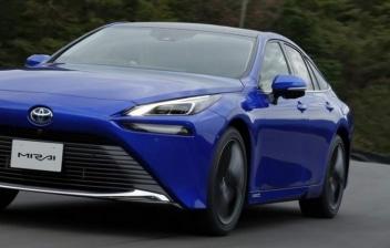 Nuevo Toyota Mirai 2021 azul en una curva en carretera