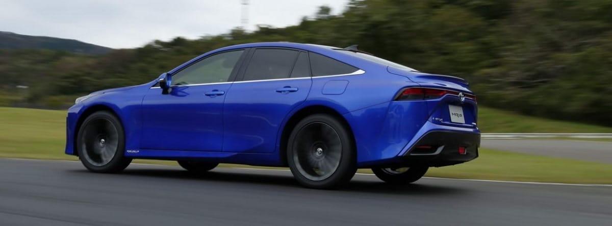 Nuevo Toyota Mirai 2021 azul circulando por una carretera