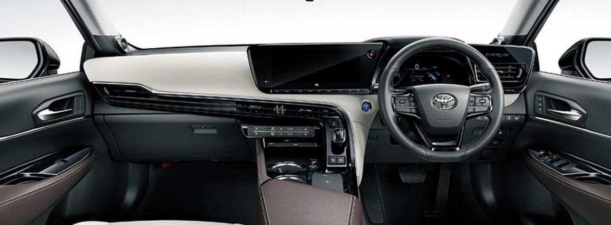 Vista del salpicadero, consola central y volante del Toyota Mirai 2021 en versión inglesa, es decir, con el volante a la derecha
