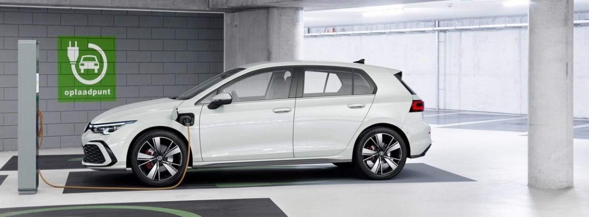Nuevo Volkswagen Golf GTE blanco siendo cargado en un punto de recarga