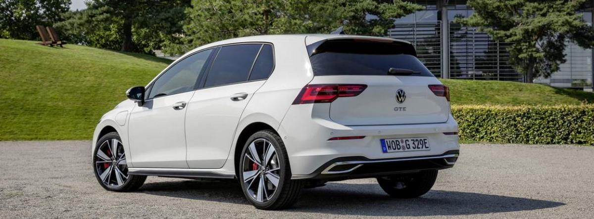 Nuevo Volkswagen Golf GTE blanco aparcado junto a una zona verde