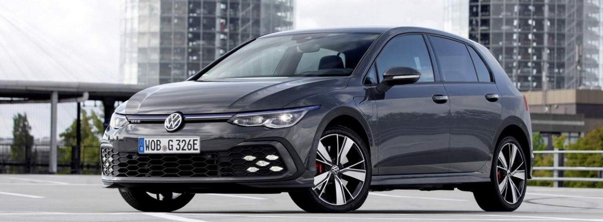 Nuevo Volkswagen Golf GTE aparcado con unas torres de fondo