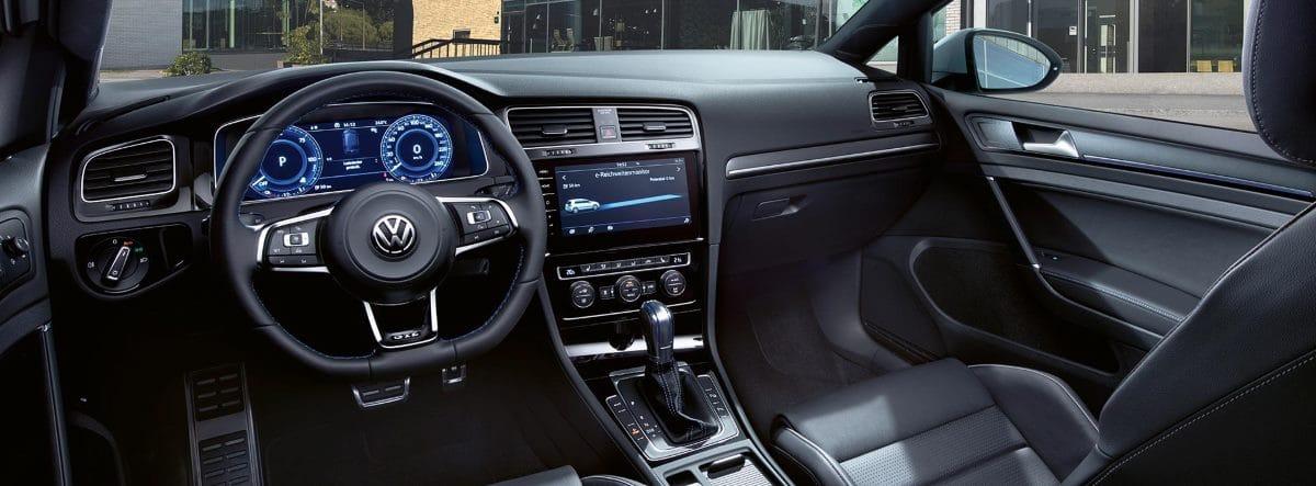 Vista del habitáculo delantero del nuevo Volkswagen Golf GTE desde el asiento del conductor