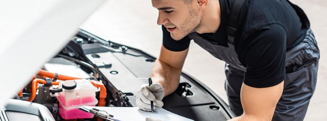 Mecánico revisando el motor de un coche