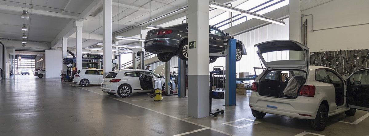 Varios coches en un taller