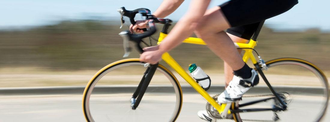 Ciclista circulando por una carretera