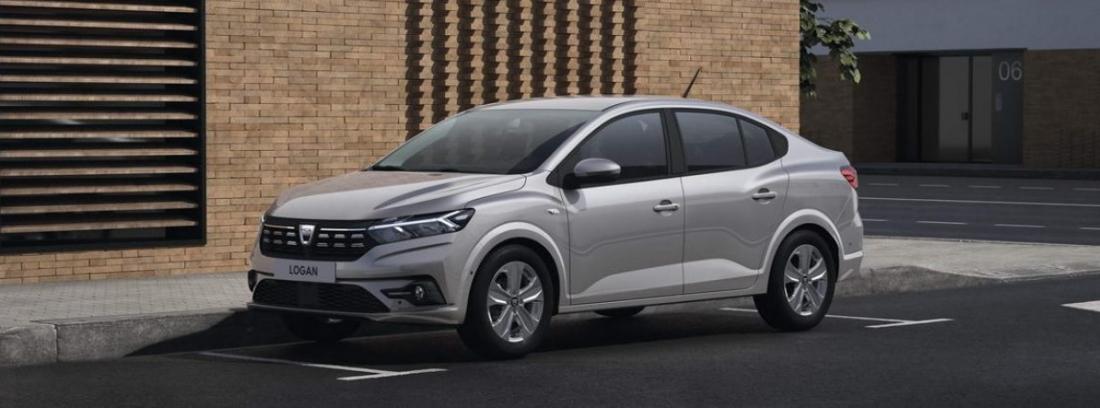 Nuevo Dacia Logan 2021 plateado aparcado junto a un edificio de ladrillo