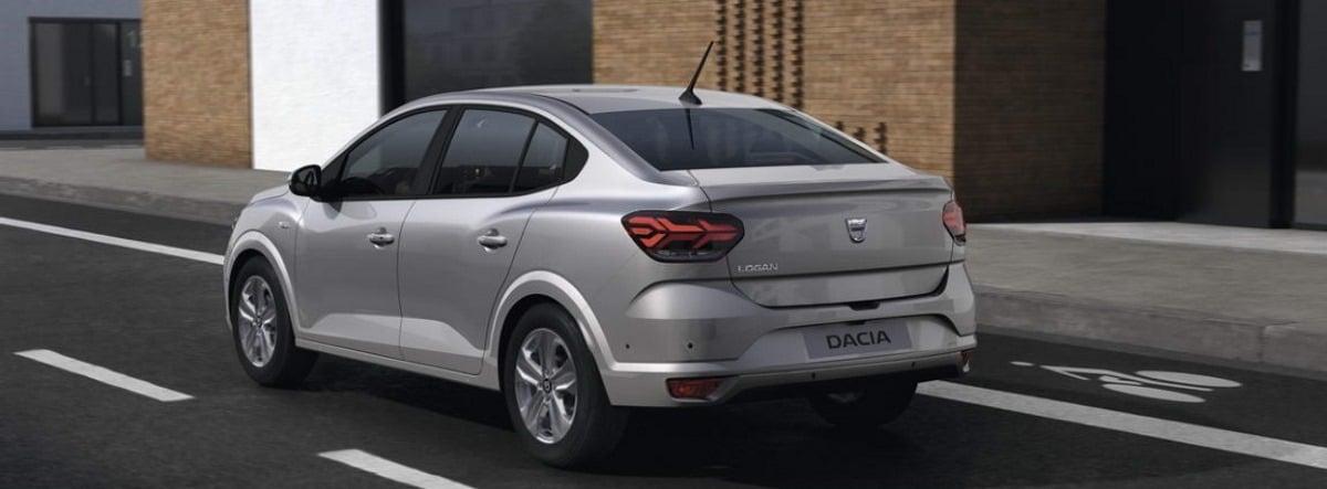 Vista trasera del nuevo Dacia Logan 2021 plateado circulando por una ciudad