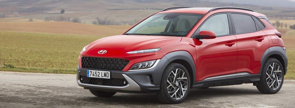 Nuevo Hyundai Kona rojo parado junto a una zona de campo