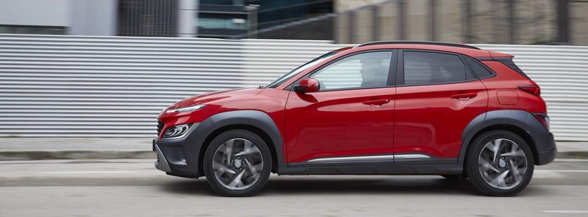 Nuevo Hyundai Kona rojo circulando por ciudad